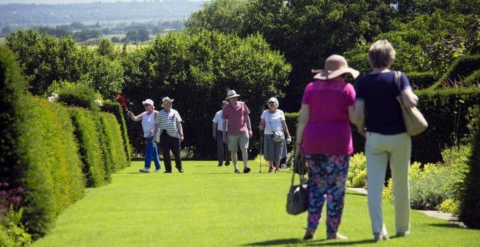 elderly-visitors-829269_1280